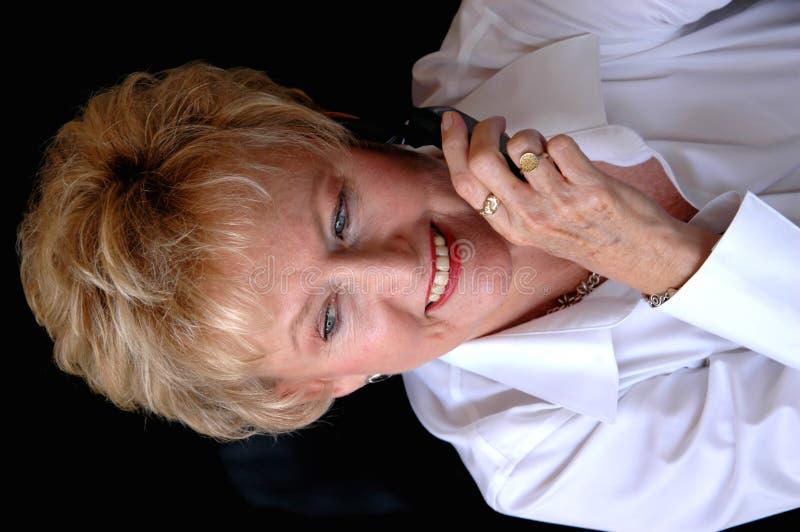 Mujer madura en el teléfono celular imágenes de archivo libres de regalías