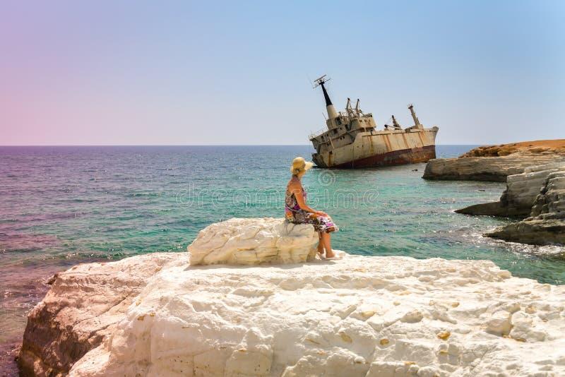 Mujer madura en la escena de la playa fotografía de archivo