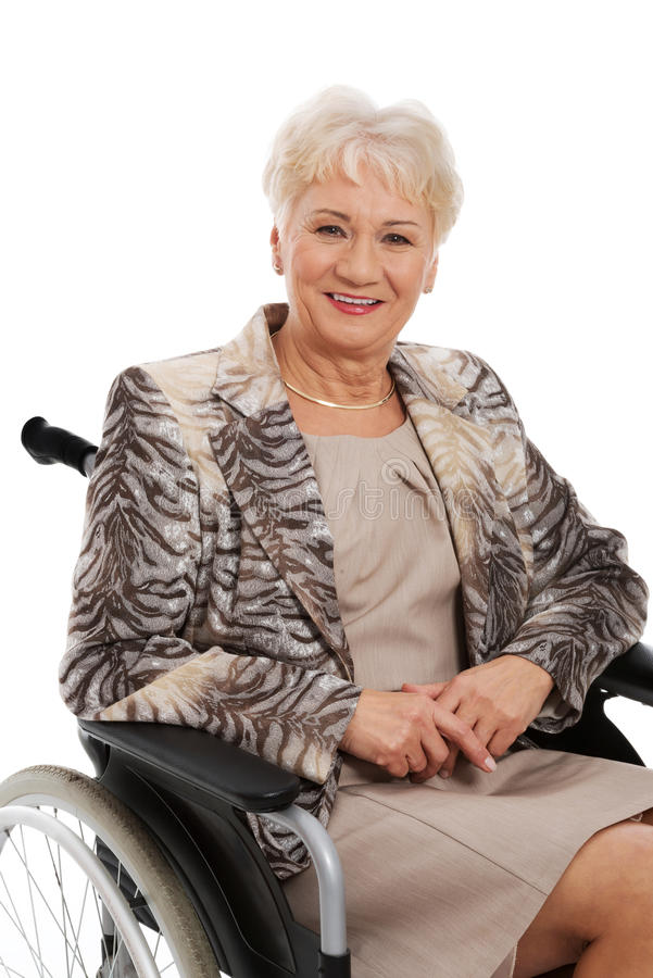 Mujer madura en su sillón de ruedas imagen de archivo