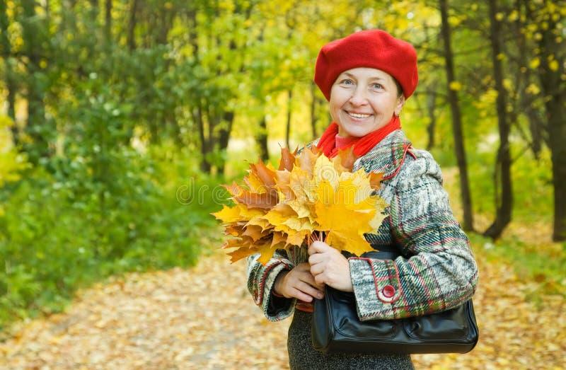 Mujer madura feliz foto de archivo