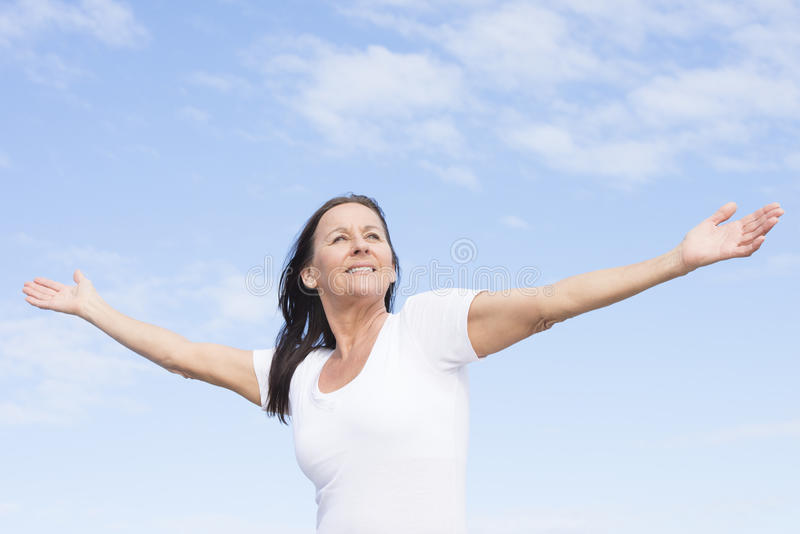 Mujer madura feliz amistosa positiva al aire libre foto de archivo