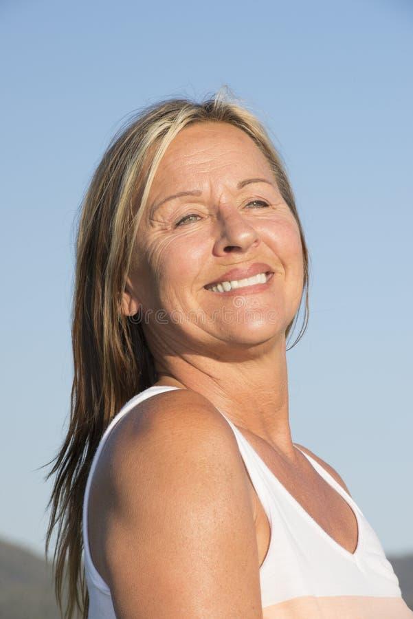 Mujer madura feliz Relaxed al aire libre foto de archivo