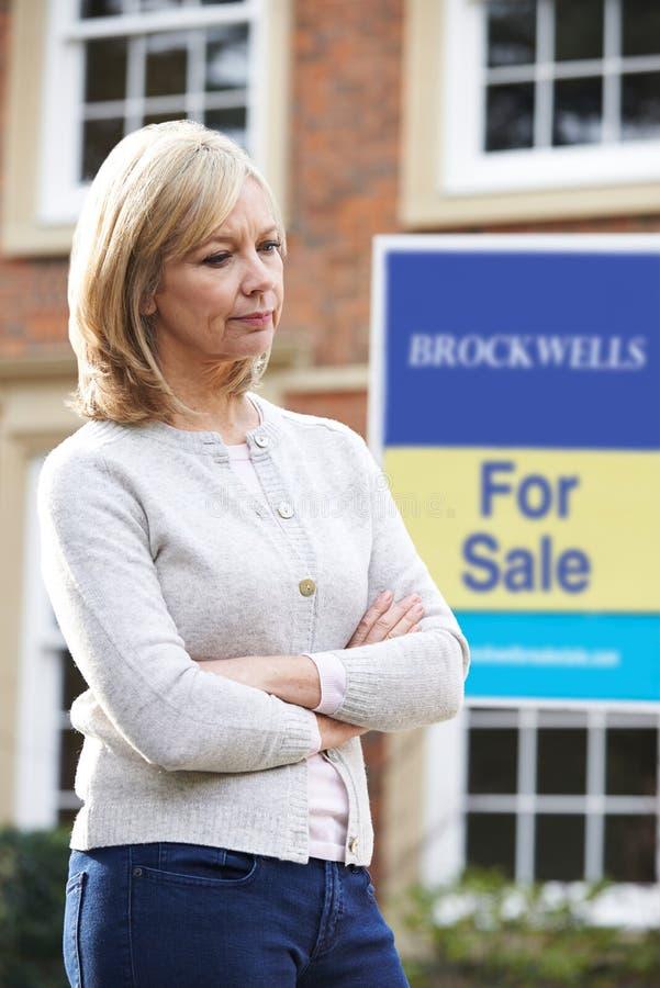 Mujer madura forzada a vender a casa con problemas financieros imagen de archivo