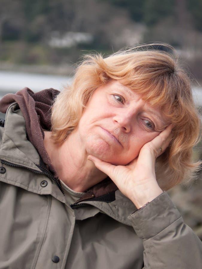 Mujer madura pensativa fotografía de archivo