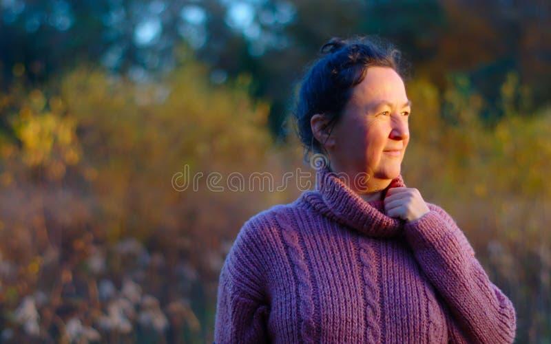 Mujer madura que disfruta de otoño foto de archivo libre de regalías