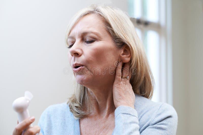 Mujer madura que experimenta rubor caliente de la menopausia fotografía de archivo