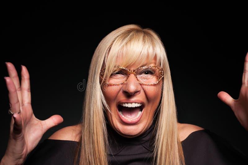 Mujer madura que grita histérico el primer fotografía de archivo libre de regalías