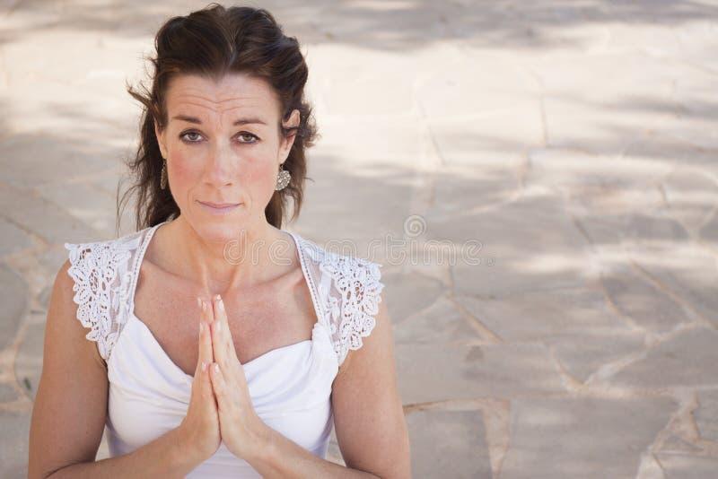 Mujer madura que hace yoga foto de archivo libre de regalías