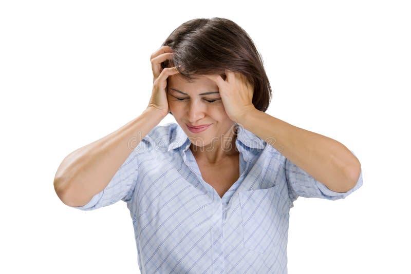 Mujer madura que lleva a cabo sus manos con su cabeza, jaqueca de los problemas del dolor de cabeza de la depresión, en el fondo  fotografía de archivo