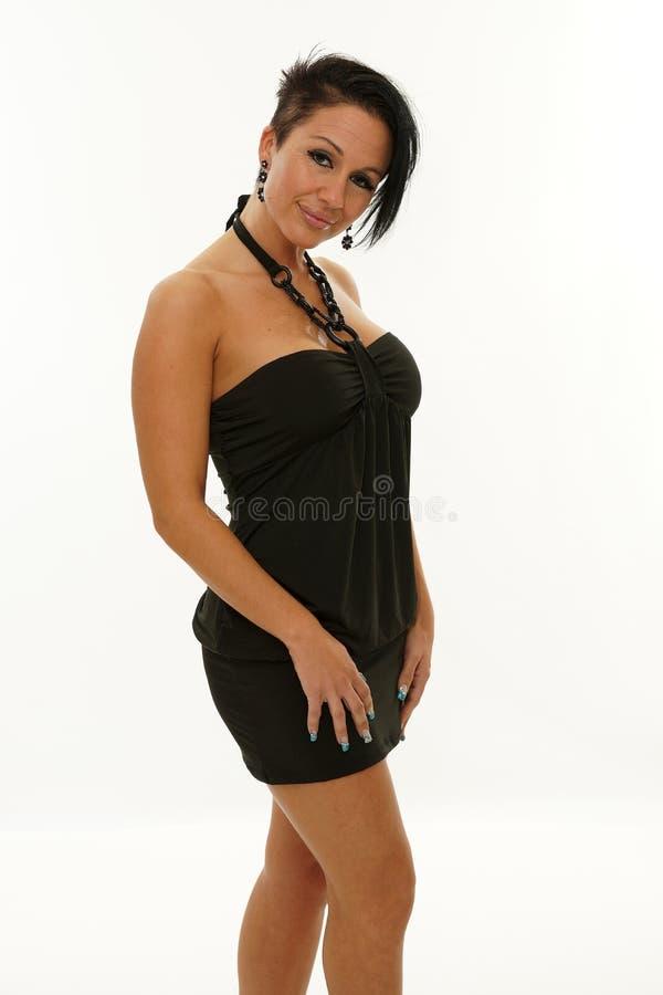 Mujer madura que presenta con un vestido negro fotos de archivo libres de regalías