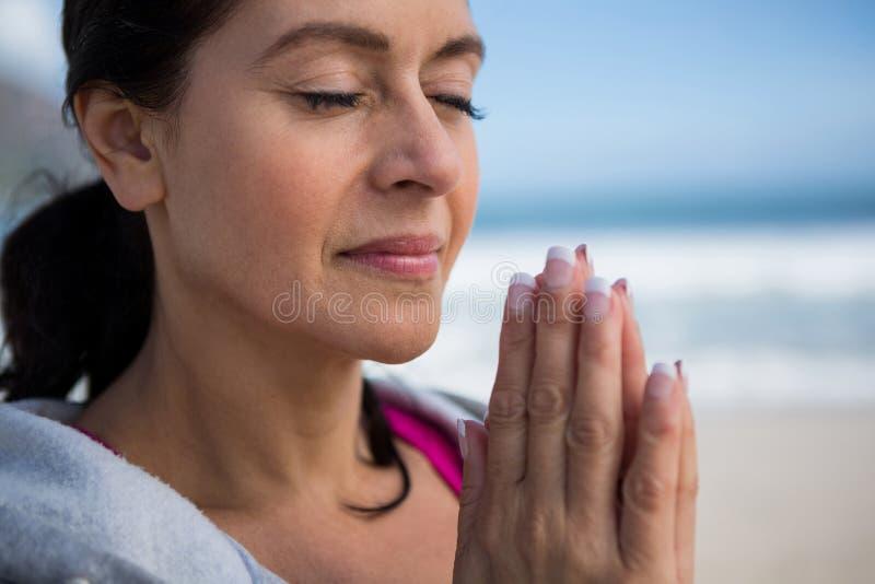 Mujer madura que realiza yoga fotos de archivo