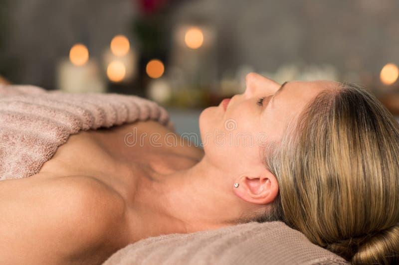 Mujer madura que se relaja en el balneario fotos de archivo
