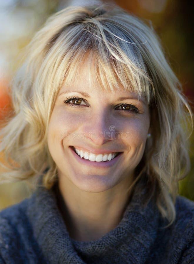 Mujer madura que sonríe en la cámara imagenes de archivo