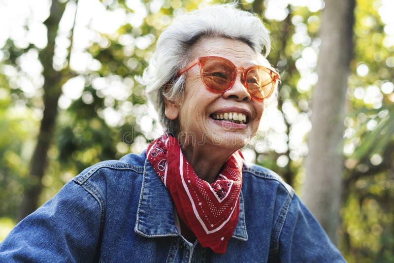 Mujer madura salvaje y libre foto de archivo