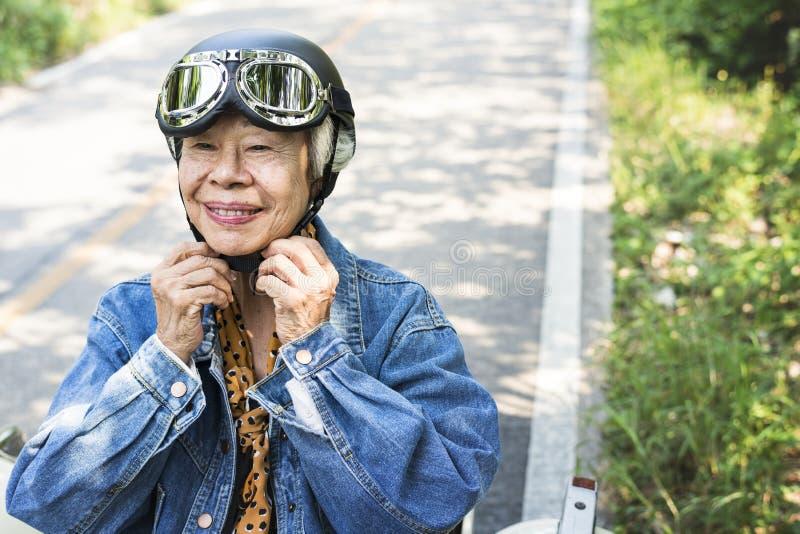 Mujer madura salvaje y libre fotografía de archivo
