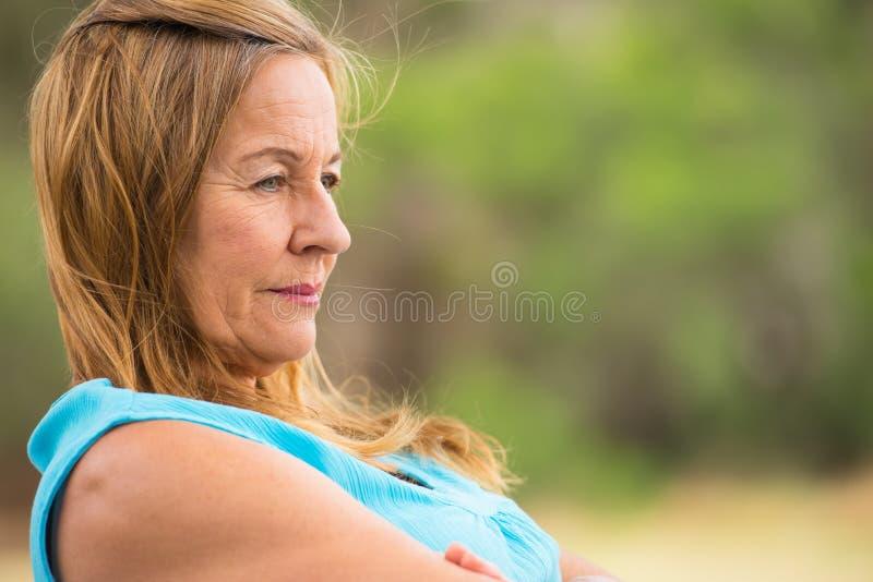 Mujer madura sola triste al aire libre imagen de archivo
