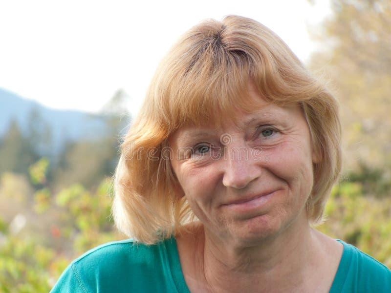 Mujer madura sonriente foto de archivo