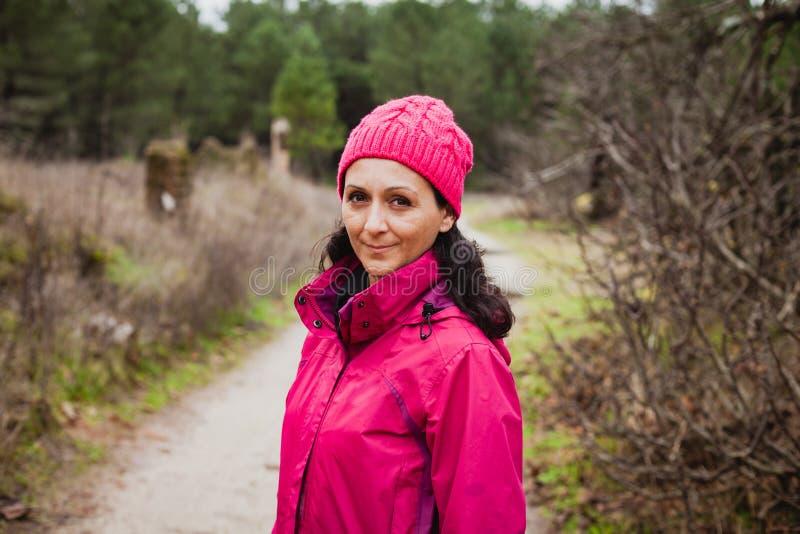 Mujer madurada en el bosque fotografía de archivo