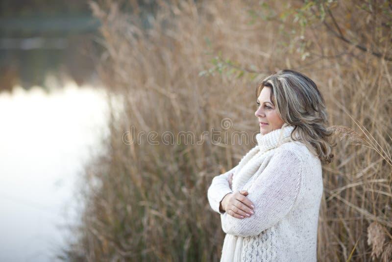 Mujer madurada seria con los brazos cruzados al aire libre fotos de archivo libres de regalías