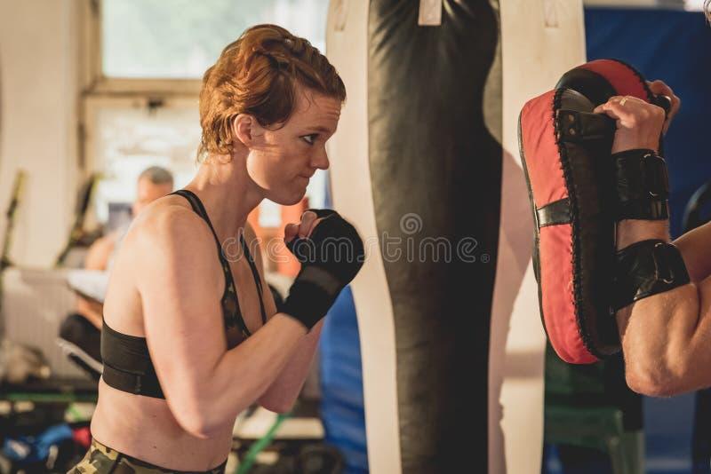 Mujer magnífica, combatiente del Muttahida Majlis-E-Amal en gimnasio durante el entrenamiento Preparación para un partido enjaula foto de archivo