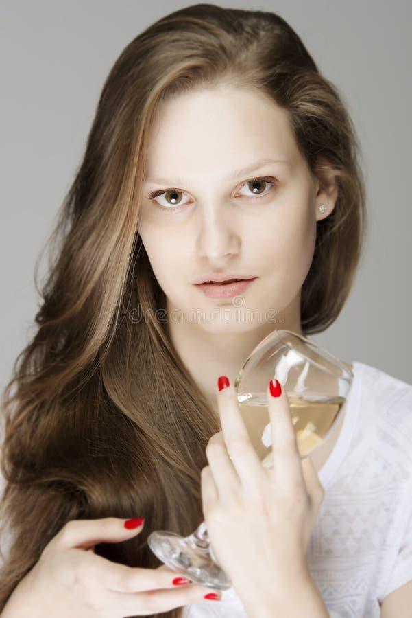 Mujer magnífica con el vidrio de vino blanco fotos de archivo libres de regalías
