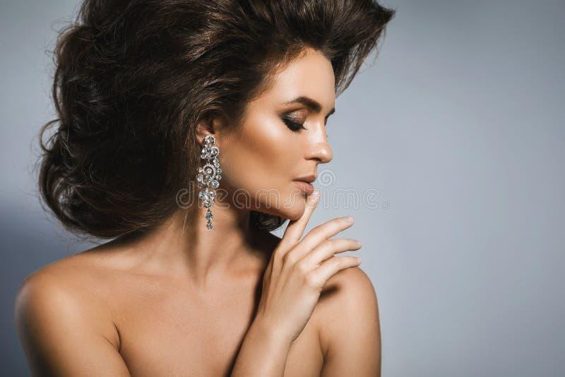 Mujer magnífica con un peinado y un maquillaje hermosos fotos de archivo libres de regalías