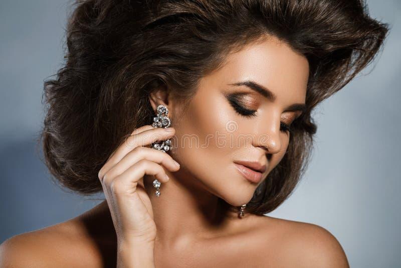 Mujer magnífica con un peinado y un maquillaje hermosos imágenes de archivo libres de regalías