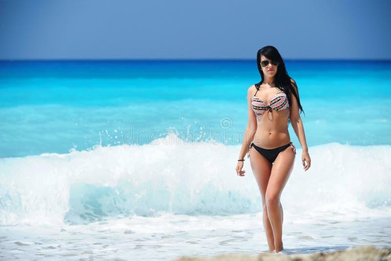 Mujer magnífica en la playa exótica imagen de archivo