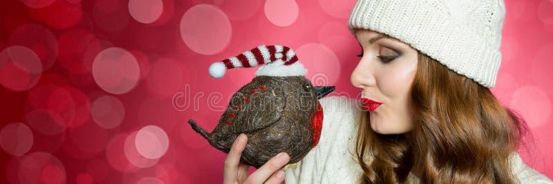 Mujer magnífica en puente hecho punto y un sombrero que envía un beso al petirrojo el pájaro de la Navidad Bandera divertida de N imagen de archivo libre de regalías