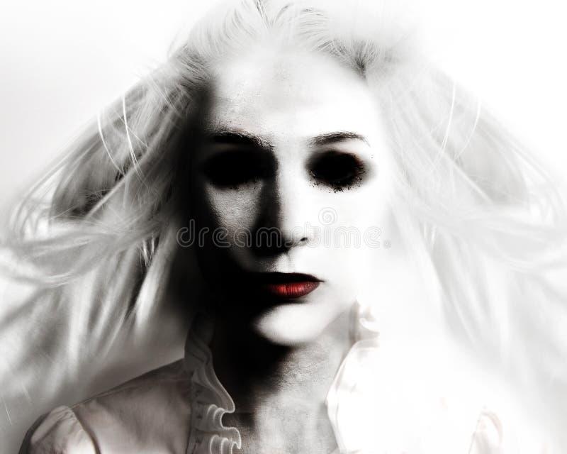 Mujer malvada asustadiza del fantasma en blanco imagen de archivo libre de regalías