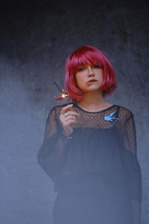 Mujer maravillosa con el pelo rosado fotos de archivo libres de regalías