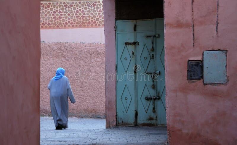 Mujer marroquí en djellaba fotografía de archivo