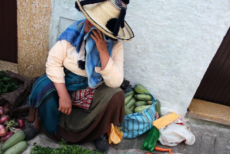 Mujer marroquí que vende las frutas y verduras en el mercado imagenes de archivo