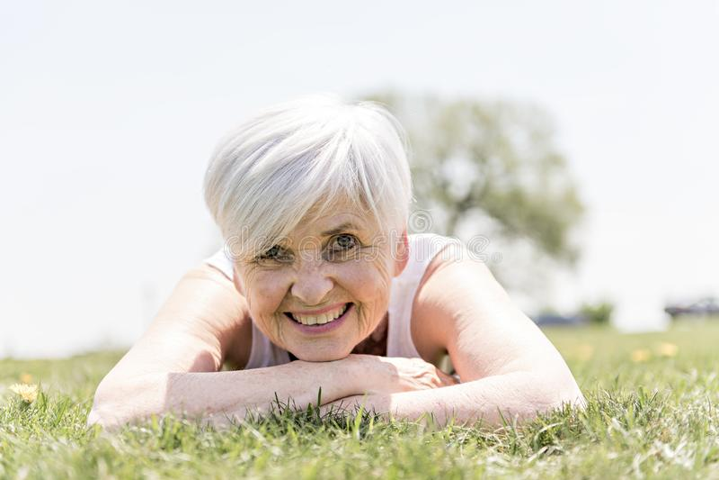 Mujer mayor activa y feliz afuera en la estación de verano fotos de archivo libres de regalías