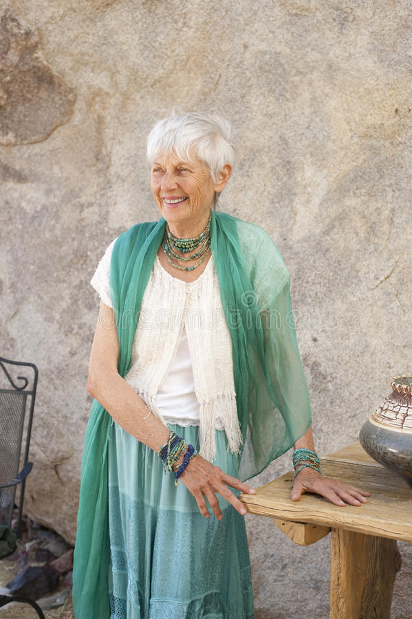 Mujer mayor agraciada imagenes de archivo