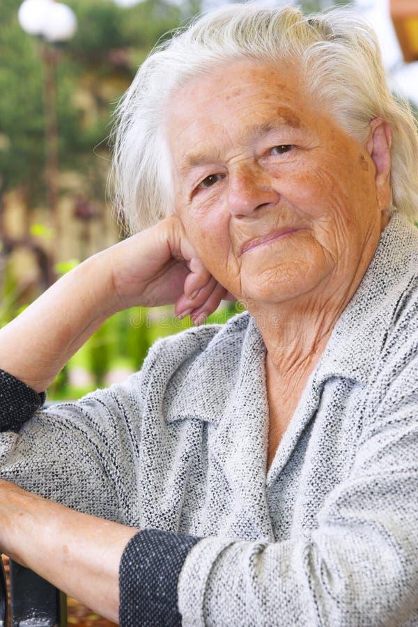 Mujer mayor agradable fotos de archivo