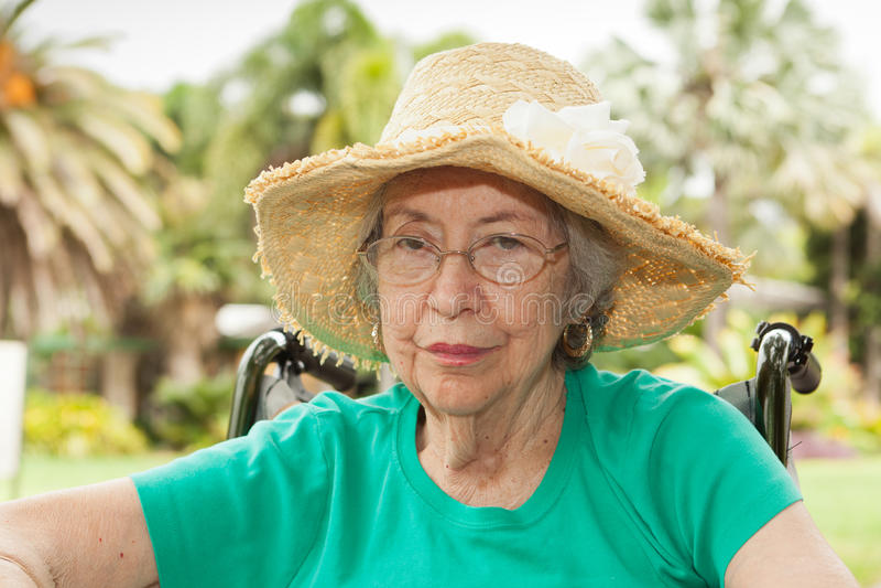 Mujer mayor al aire libre fotografía de archivo libre de regalías