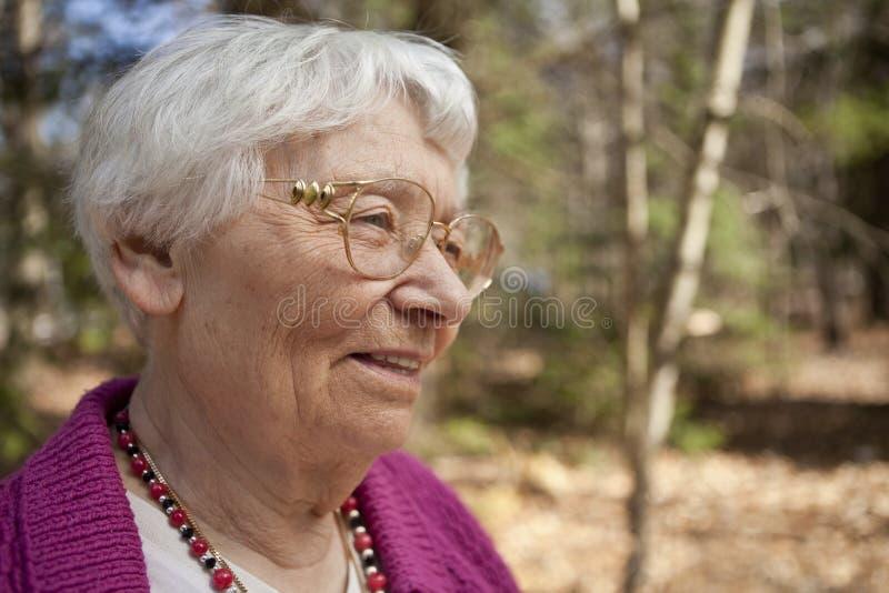 Mujer mayor al aire libre feliz imagenes de archivo