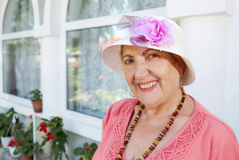 Mujer mayor alegre imagen de archivo libre de regalías