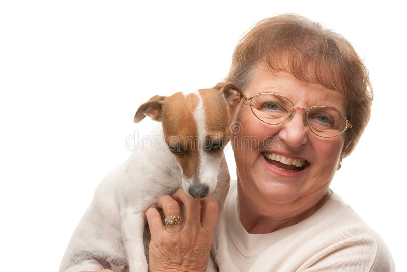 Mujer mayor atractiva feliz con el perrito fotos de archivo
