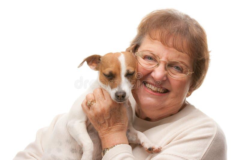 Mujer mayor atractiva feliz con el perrito imagen de archivo libre de regalías