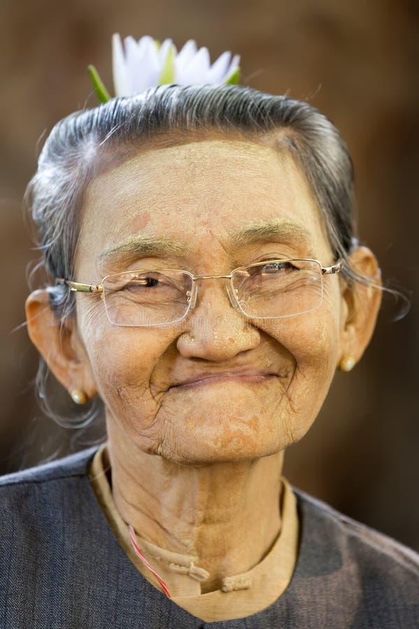 Mujer mayor birmana foto de archivo