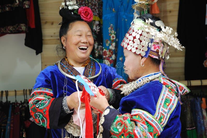 mujer mayor china de los miaos fotos de archivo