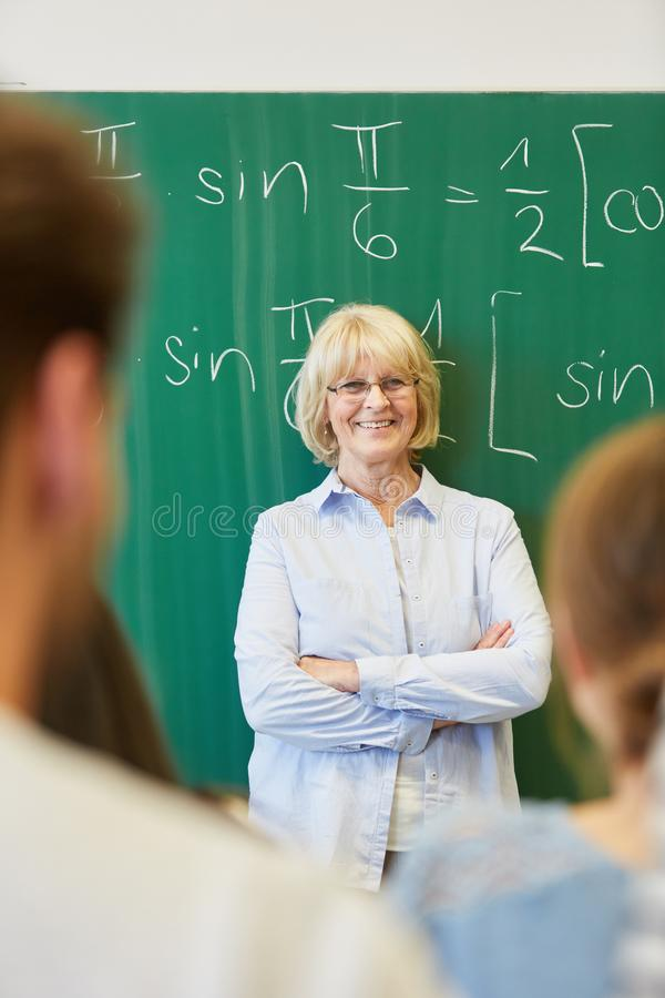 Mujer mayor como profesor acertado imagen de archivo