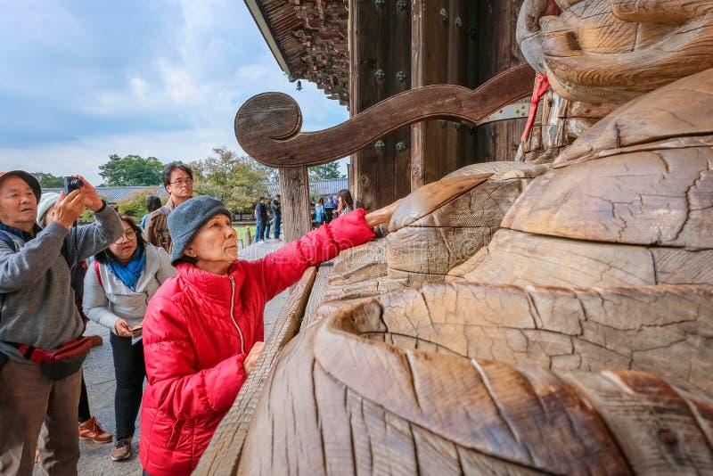 Mujer mayor con Binzuru en el templo de Todaiji en Nara, Japón imagenes de archivo
