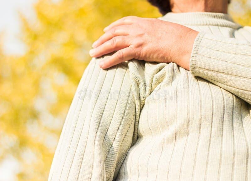 Mujer mayor con dolor del hombro foto de archivo