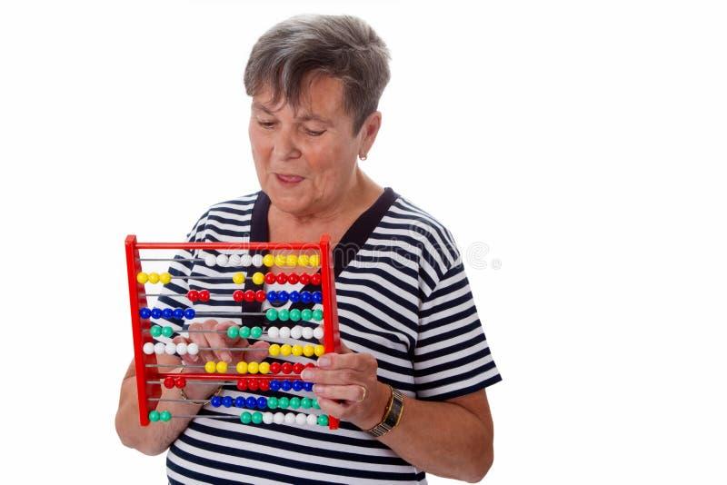 Mujer mayor con el ábaco imágenes de archivo libres de regalías