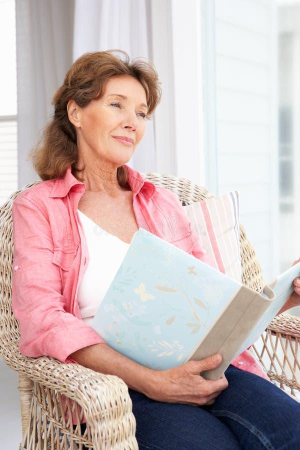 Mujer mayor con el álbum de foto imagen de archivo libre de regalías