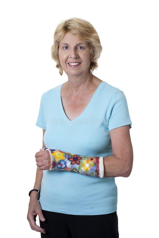Mujer mayor con el brazo en molde pintado imágenes de archivo libres de regalías