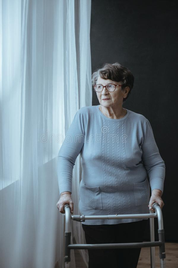 Mujer mayor con el caminante fotos de archivo